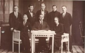 Oulunsuun Heiton ensimmäinen johtokunta 1925. Istumassa vasemmalta Aaro Nordman (sihteeri), Wäinö Soini (puheenjohtaja) ja Hilja Hinttala. Seisomassa vasemmalta Veikko Sevander (varapuheenjohtaja), Johan Tomberg, Yrjö Viitanen, Jakko Kylmänen ja Frans Vuorenmaa. Kuvasta puuttuvat Kalle Huotari (rahastonhoitaja) ja Pauli Mäkelä.