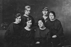 V.U.seuran huvitoimikunta 1920 -luvun alkuvuosilta. Ylhäältä vasemmalta Aini (os. Villig (Willig)) Kylmänen, Lempi Saarela, Martta Jäntti, Hilma (os. Hurtig) Nisula, Betty Launonen ja Tyyne Pääkkö.