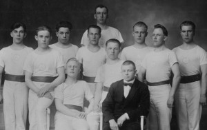 Heiton voimistelijoita vuodelta1926. Vasemmalla Eljas Hurtig, kolmas vasemmalta Erkki Kylmänen, pisin mies keskellä Emil Viitanen, rusettikaulassa Ismo Moilanen.