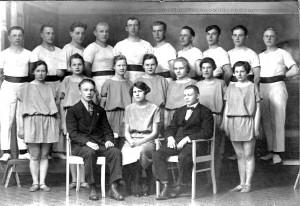 V.U seura Oulunsuun Heitto voimistelijoita. Eturivissä vasemmalla pianon soittaja Martti Kylmänen, keskellä naisten ohjaaja Raakel Hytinkoski ja oikealla voimistelun johtajana toiminut Ismo (Immi)Moilanen. Kuva otettu1926.