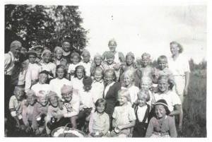 Oulunsuun Heiton nuoret leirillä Niiles- ja Valkeisjärvellä kesällä 1945 tai -1946